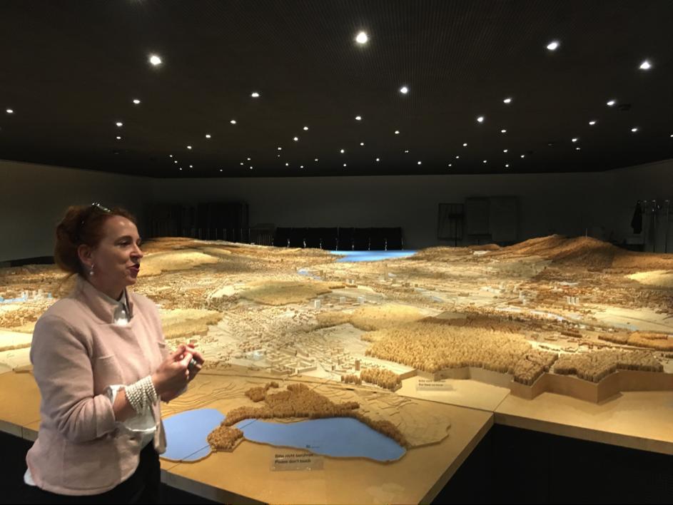 Christine Seidler, Raumplanungsprofessorin vor dem Stadtmodell an der Uraniastrasse